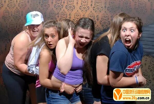 人们在鬼屋中的表情